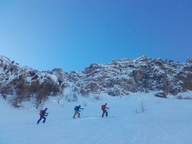 Remontée de la face Nord de l'Aiguillas en ski.