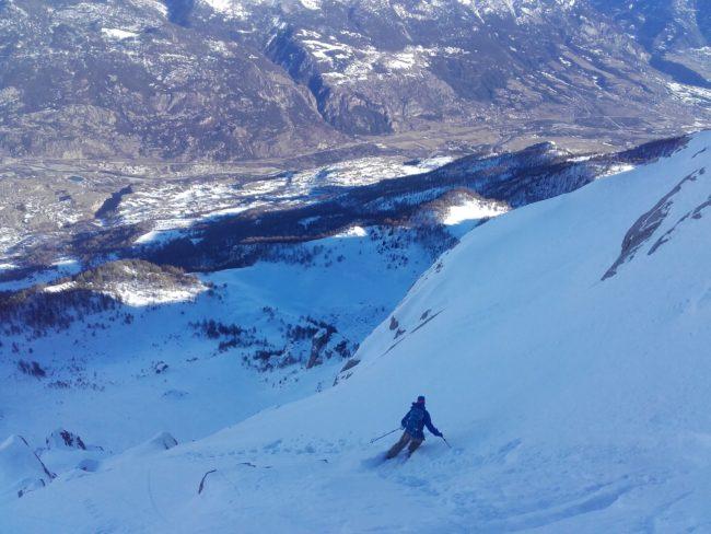 Descnte en ski du couloir des Gourenq à l'Aiguillas.
