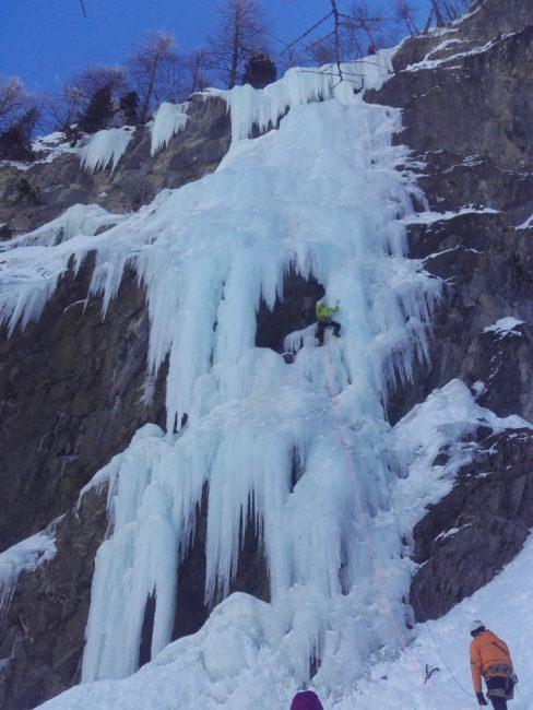 La deuxième longueur de la cascade de glace d'Impatience.