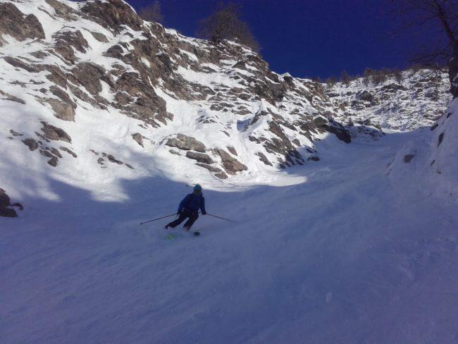 Ski du couloir des fillmes à Serre Che.