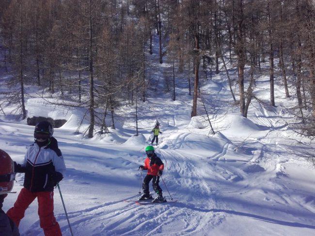 Ski en hors piste avec les jeunes de l'ESI de Serre chevalier avec un guide.