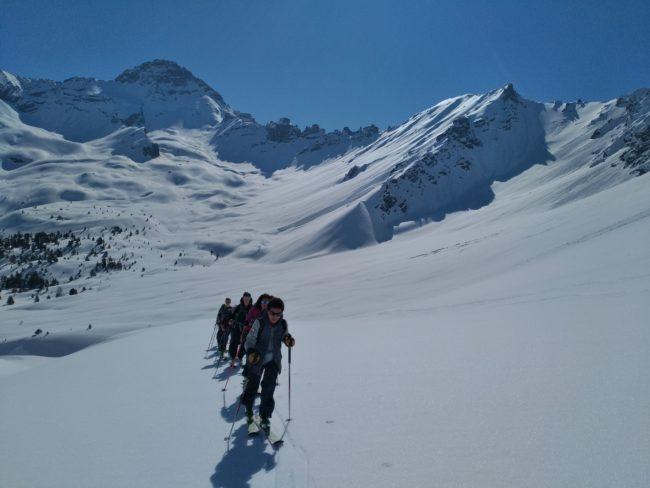 En montant en ski au col perdu avec lepic de Rochebrune en fond.