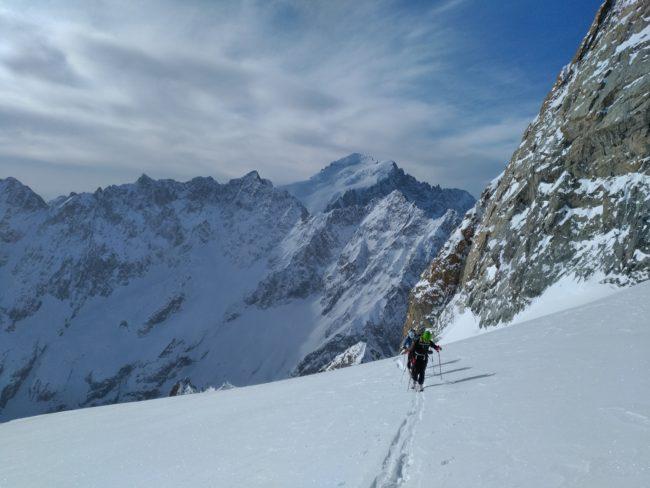 Ski à la Grande Ruine avec la barre des Ecrins au fond.