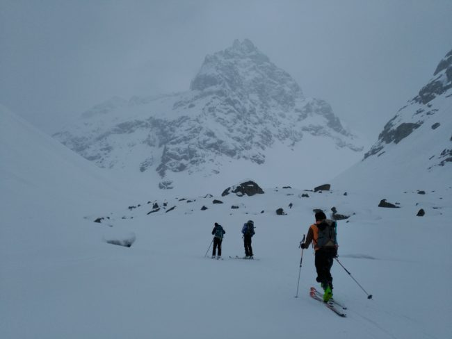 On monte à ski au refuge Adèle Planchard.