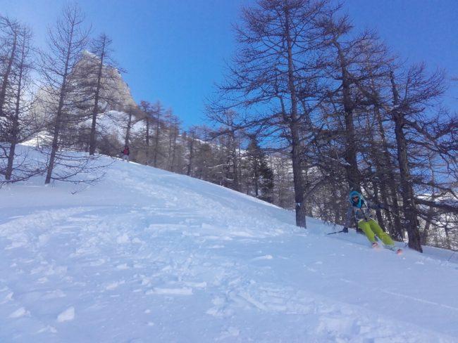 Arrivée dans la vallée étroite en ski.
