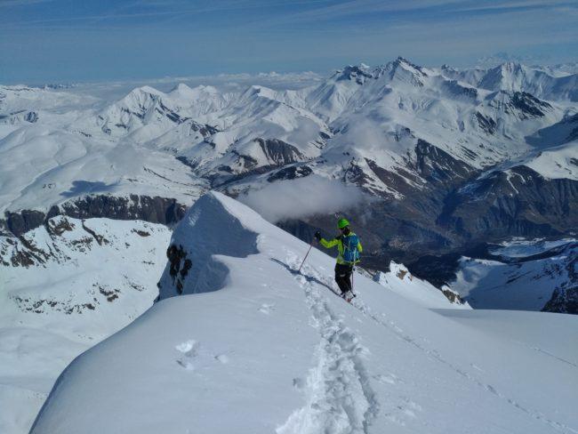 Remontée du glacier de la Meije sous e Rateau est en ski.