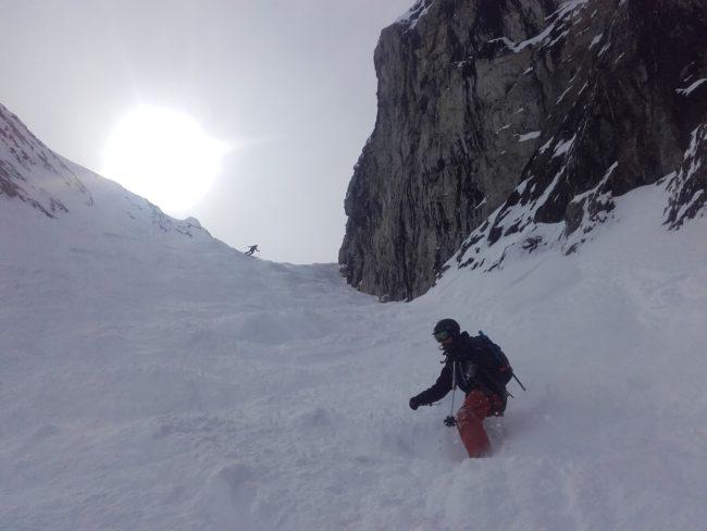 Ski dans Banana couloir à la Grave, la Meije.