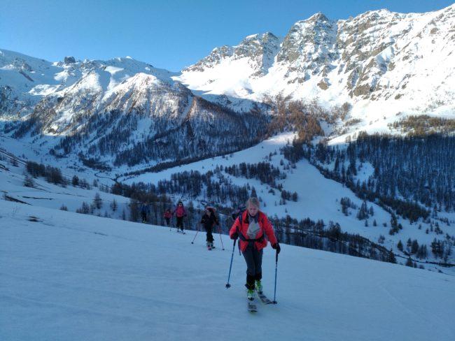 Ski de randonnée au pic du fond de Peynin au printemps.