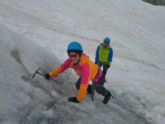 Cramponnage en pointes avant sur le glacier blanc.