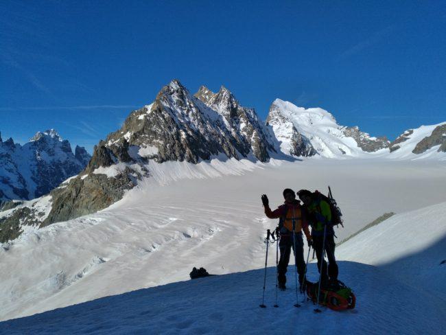 Pause en montant au pic du glacier d'Arsine dans le massif des ecrins.