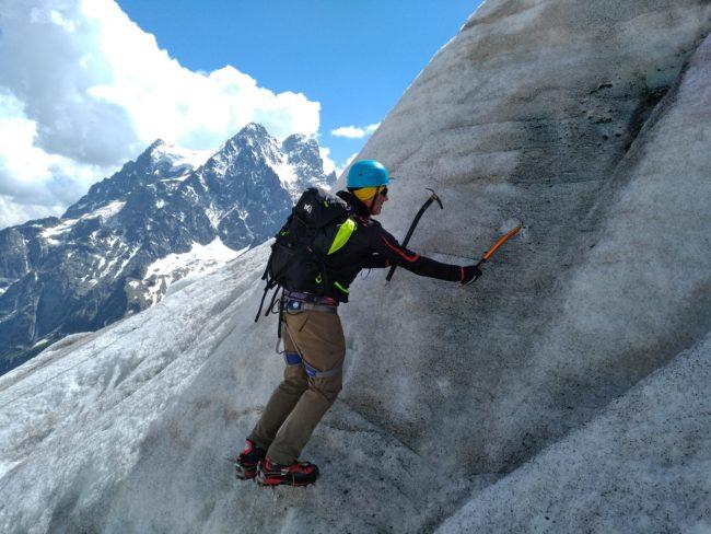 Cramponnage en pointes avant sur le glacoier blanc pour une école de glace.