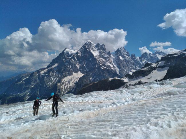 Randonnée sur le glacier Blanc avec les faces nord du glacier Noir en fond.