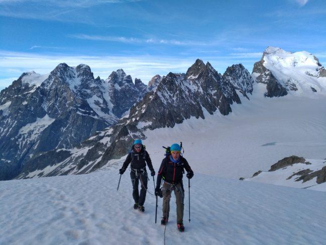 Montée au pic du glacier blanc dans le massif des ecrins.