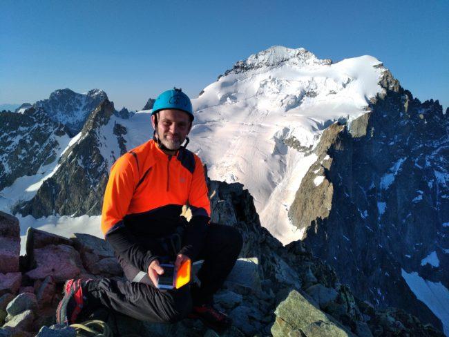 Au sommet de la Roche faurio avec la Barre des Ecrins et le Pelvoux en fond.