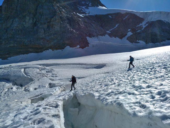 Passge de pont de neige sur le glacier de Laveciau.