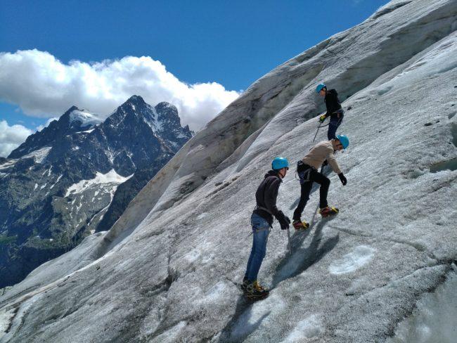 Exercices de cramponnage sur le glacier Blanc avec le pelvoux en fond.
