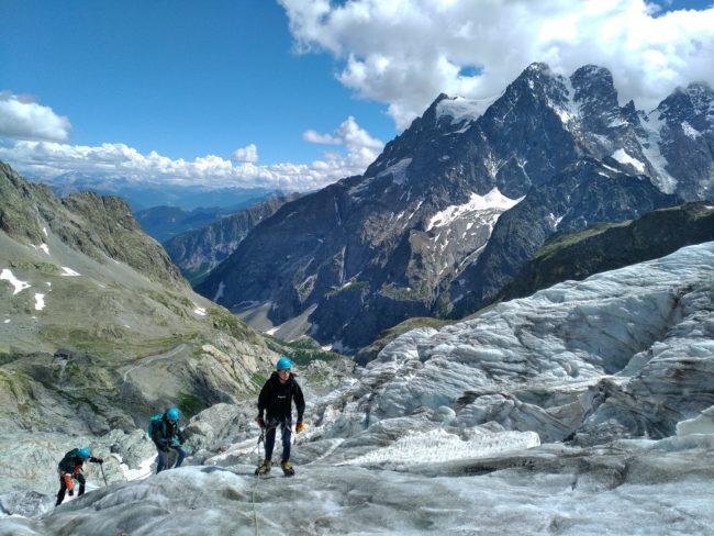 Randonnée sur le glacier blanc pour rejoindre le refuge des Ecrins.