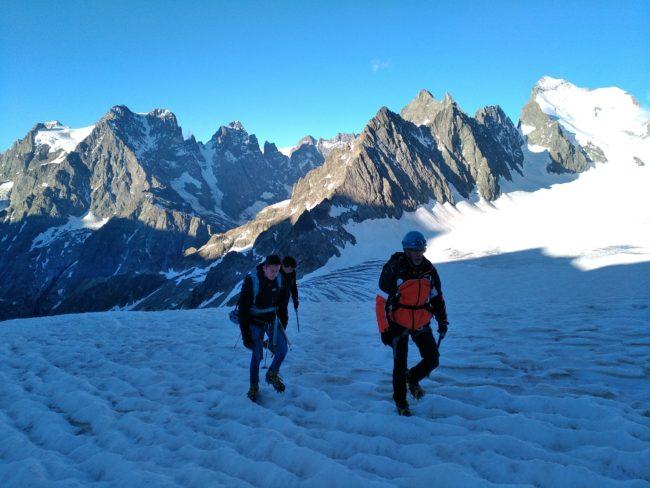 Montée au pic du glacier d'Arsine au milieu des géants des Ecrins.