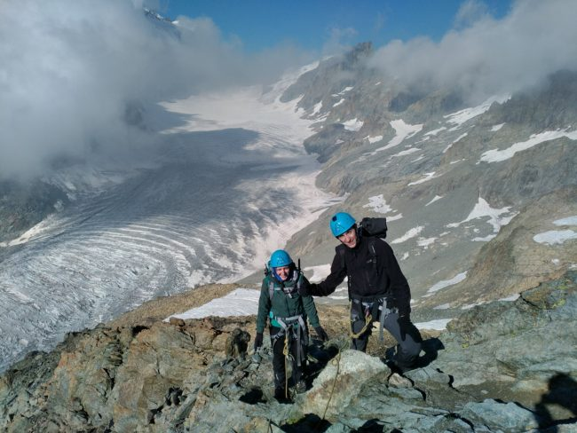 Ariivée au pic du glacier d'arsine dans le massif des Ecrins.