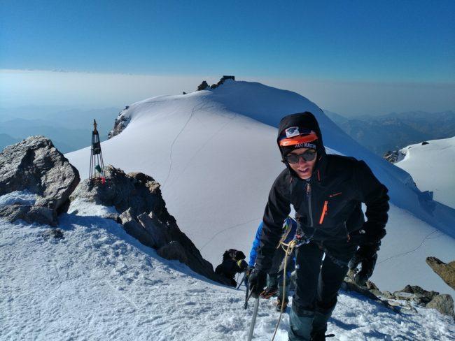 Arrivée au sommet de la Pointe Zumstein avec la pointe Gnifetti et le refuge Margherita.