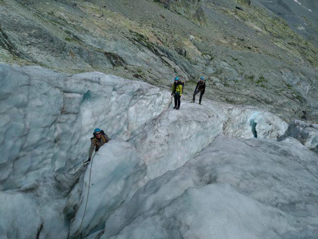 Marche au milieu des crevasses du glacier Blanc
