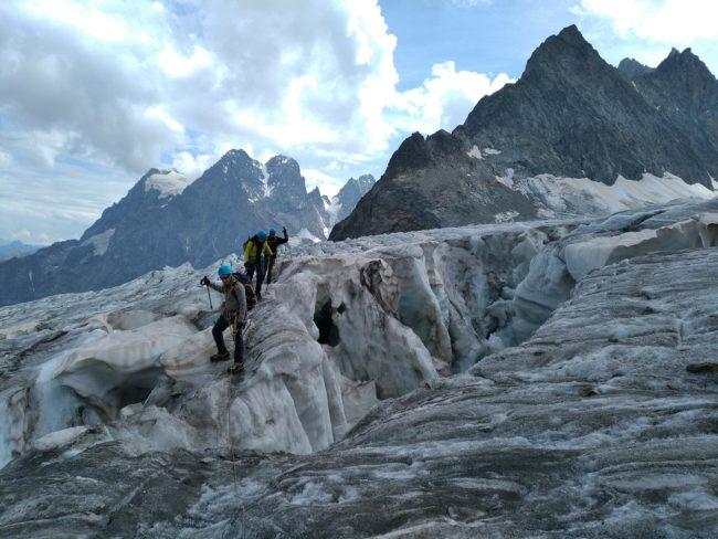 Nous montons sur le glacier Blanc pour rejoindre le refuge des Ecrins.