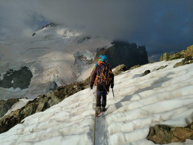 Nous descendons de la Roche Faurio face au Dôme des Ecrins.