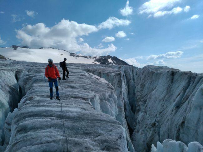 Randonnée glaciaire sur les grosses crevasses du glacier du Tour.