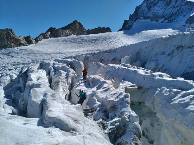Passages dans des crevasses du glacier de la Girose.