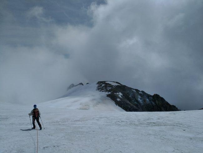 Approche des Rochers Rouges sur le glacier du Pelvoux.