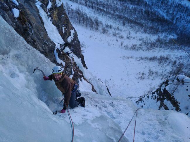 Initiation à la cascade de glace dans les hautes alpes.