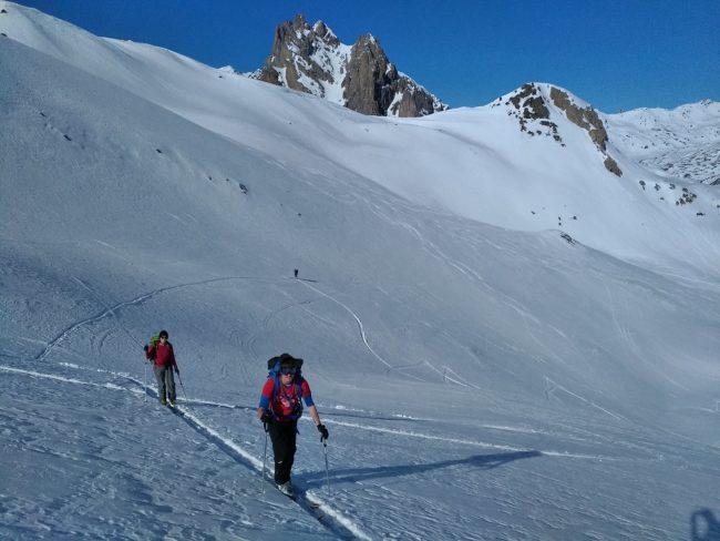 Montée en ski au col du Raisin avec le Queyrellin en fond.
