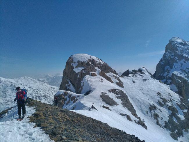 Arrivée à la crête de la Casse Blanche en ski dans les Cerces.